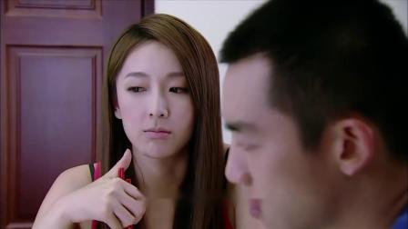 小伙和美女一块吃泡面,说他吃的鲜虾面怎么没有虾,把美女逗笑了