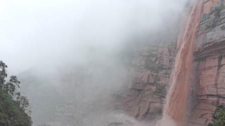 四川会东暴雨过后 山洪成瀑布状飞流直下道路