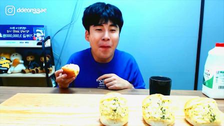 韩国大胃王哥哥,试吃老式面包,大口大口吃的真香啊