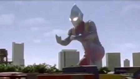 倒地飞踢的迪迦,把怪兽踢上了天
