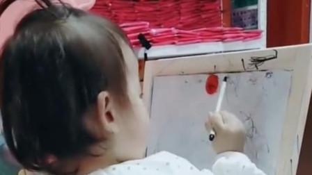 两岁小萝莉在画棒棒糖问她给不给妈妈吃,看女儿是怎么回答妈妈的
