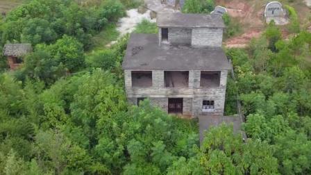 江西农村发现一荒废老房子, 看到后山的坟墓, 难怪会空着无人居住