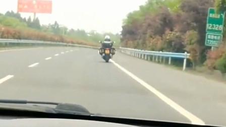 机车摩托:高速路上遇见摩托车,我开到120码都追不上,大哥这是骑到多少了?