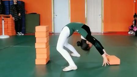 原来舞蹈生是这样练下腰的,身体太柔软啦