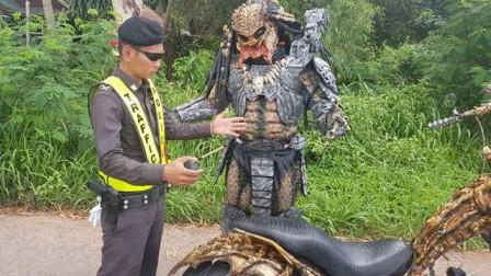 泰国男子扮外星人,被警察谈话,因与警察交谈的照片传播开意外走红
