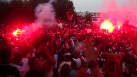 阿尔及利亚球迷跳跃高歌 庆祝球队夺冠 现场燃起冷烟火成红色海洋