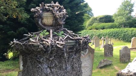 探秘古老的欧式教堂,教堂前坟冢林立,有点恐怖