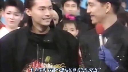 早年尊龙上日本综艺宣传电影,主持人调侃不想站在尊龙旁边,压力太大