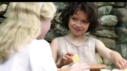 """海蒂和爷爷:海蒂教""""富家小姐""""喝羊奶,直接用手,喝完还要舔干净,样子太可爱!"""