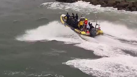 海上大浪翻腾, 充气船无所畏惧选择出海, 不料一会儿就怂了