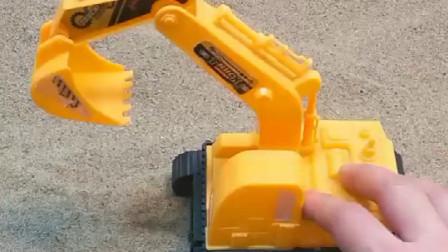 少儿益智亲子玩具:挖掘机给小卡车装沙子,结果卡车越来越大!