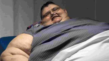 男子重464公斤被困床上4年 消防员拆墙送其减肥