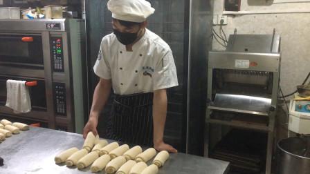 想在家做美味白土司,擀面技巧很重要,看面包师是咋做的