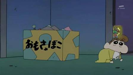 蜡笔小新:晚上小葵趁大家睡着把她喜欢的东西扔进垃圾箱藏了起来