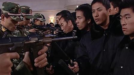 一群人冒充警察拿着棍棒,竟和持枪武警对峙,胆子可真大!