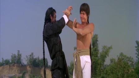 """两人梅花桩上一决高下,男子擅长""""鹰爪功"""",谁知小伙的功夫刚好克他!"""