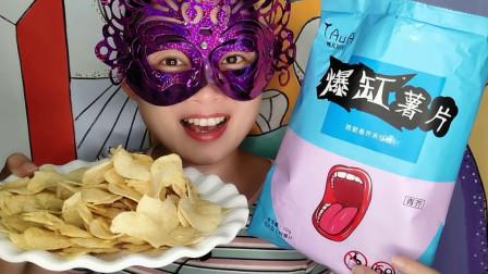 """小姐姐吃网红零食""""爆缸薯片"""",奇葩名称惹人好奇,芥末味浓郁"""