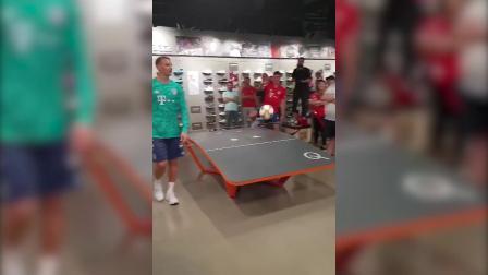 桌上足球大战!穆勒帕瓦尔PK 诺伊尔骚操作引全场爆笑