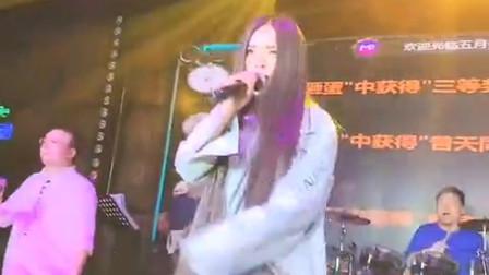 这酒吧歌手到底是男是女,怎么好好的一个妹子唱歌是大汉的声音