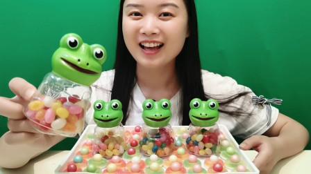 """小姐姐吃""""青蛙王子软糖"""",不同颜色果味不同,香甜美味有嚼劲"""