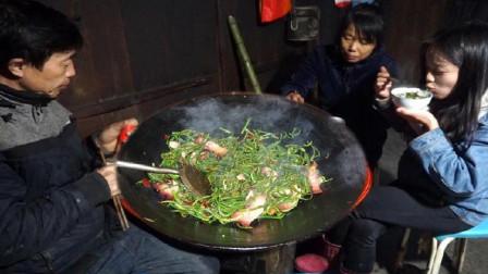 这才是腊肉炒蕨菜最好吃的做法,爆炒一大锅,一家人都不够吃