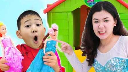 好奇怪!萌宝小正太手上拿着娃娃一瞬间变大了呢?为何她如此那么抓狂?