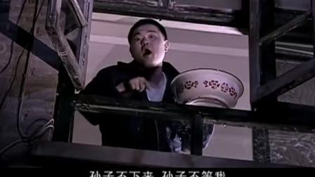 小伙楼下站着,不料楼上一盆水就泼了下来,原来被当成小偷了