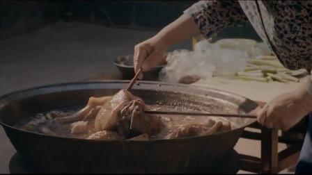 男子在村里散步,不料闻到炖肉香味,走进院子看到大妈用铁锅炖肉