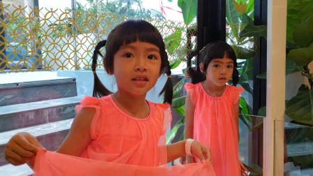 超开心!妈妈带着双胞胎小萝莉来游乐园玩呢!趣味玩具故事
