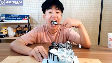 韩国小哥吃薄荷巧克力蛋糕,首先这颜色我就给90分