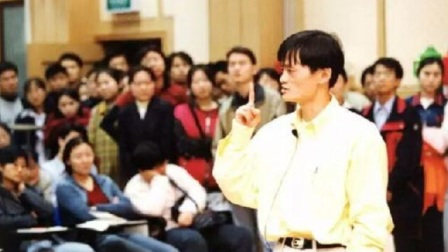 马云当年上课视频曝光,造型犀利一脸青涩,深受女学生喜爱!