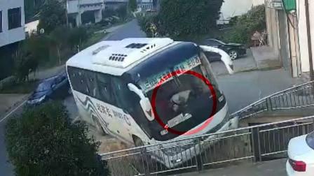 湖南一大巴司机驾驶时突发心脏病身亡 逝世前放慢车速救下一车人