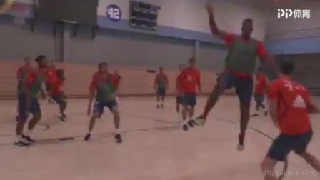 假动作晃飞队友+精准3分命中 莱万打篮球也是一把好手
