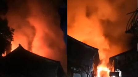 浙江乌镇2层砖木结构楼房突然起火 火光映红巷弄