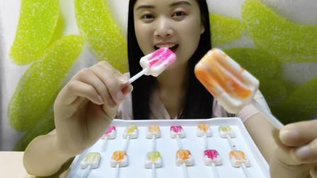 """小姐姐吃趣味零食""""雪糕棒棒糖"""",迷你多彩,果味缤纷好喜欢"""