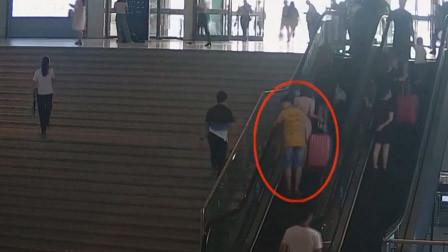 小伙偷拍女生裙底 被抓后紧握手机:这是我的隐私