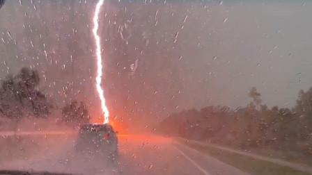 女子驾车突遇闪电劈来 一道火红亮光轰隆掷地