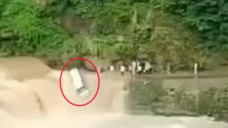 惊险!四川南江一面包车过漫水桥被困 司机获救下1秒车坠河