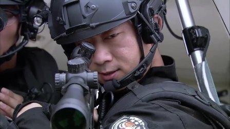 恐怖分子占领酒店,特警队全体出动,开直升机在屋顶对狙