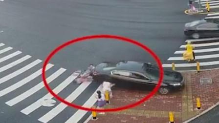 小车倒车压伤一家三口 几十人飞奔抬车救人