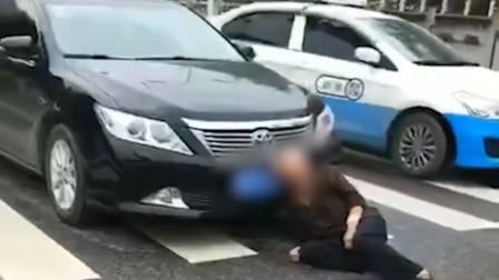 陕西老汉医院门口碰瓷?警方:其为泄私愤已被传唤 曾被拘12日