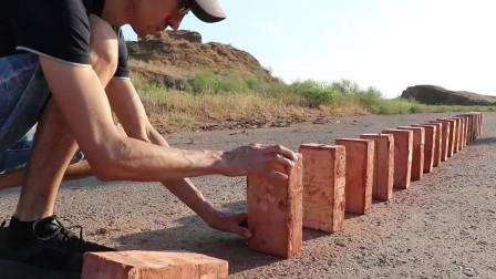 用砖头玩多米诺骨牌,小时候玩断了不少砖,还了挨骂