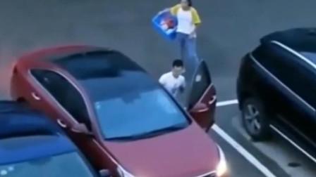 女司机停车停了十分钟,无奈求助男友,男友轻松搞定!
