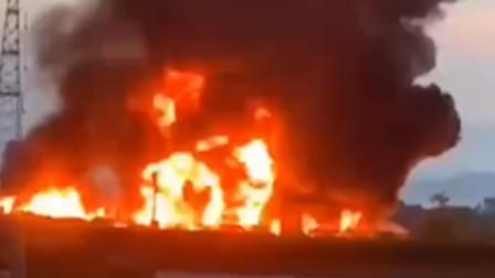 油罐车高速上追尾平板车后起火 30吨柴油熊熊燃烧