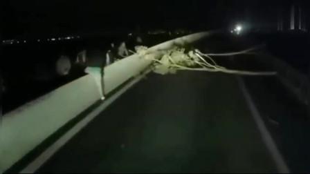 大半夜一群人竟然在路上拦我车, 直接一脚油门撞过去!