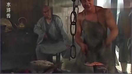 水浒传:鲁智深下山找兵器,让铁匠打100斤的禅杖