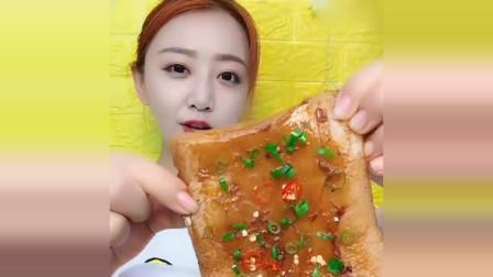 """吃货小姐姐,吃""""油面包"""",这肥肉膘子吃得真带劲,看着就好腻!"""
