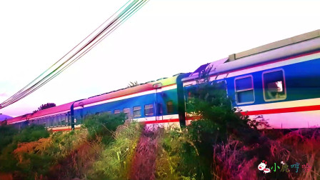成长益智玩具,火车行驶经过,彩虹折射照出五彩缤纷的颜色,火车行驶设置人行道下来拍照!