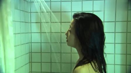 娇妻独自洗澡,丈夫见大骂不要脸