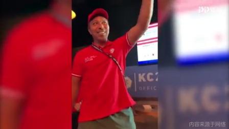 感动!众多拜仁球迷齐唱生日快乐歌祝贺埃尔伯47岁生日